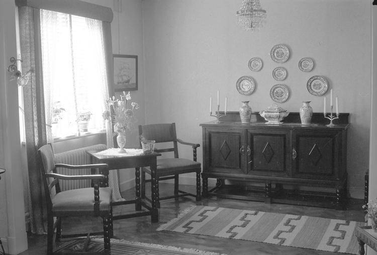 """Text till bilden: """"Interiör hos Hadelius. Fiskaregatan 8 B. 1951""""             i"""