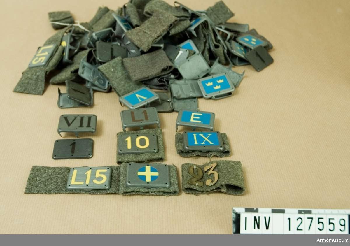 Låda innehållande en stor mängd förbandsbeteckningar m/1937-1943.