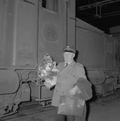 """Text till bilden: """"Lokföraren Hansson, sista turen. 1954.04."""