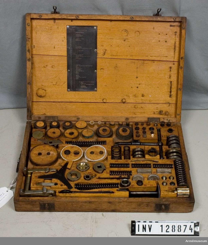 Grupp F III. Låda för reservdelar med innehåll för 8 cm luftvärnskanon fm/25.
