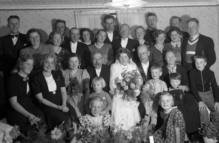 """Text till bilden:""""Brudparet Bengt Johansson med gäster""""."""