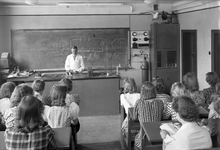 """Text till bilden:""""Lärare lär ut om strömkretsar""""."""