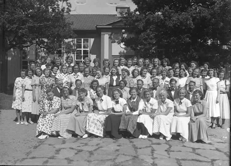 """Text till bilden:""""Sommarkursen på V.U.S. 1950. Gruppbild""""."""