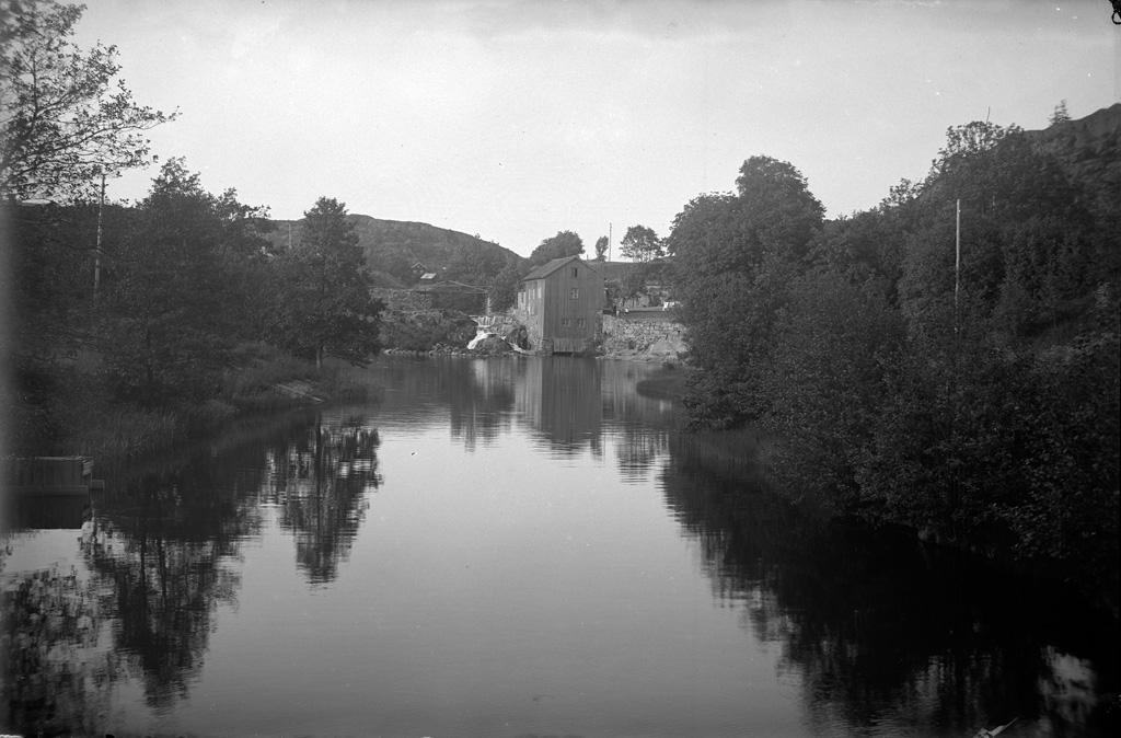 """Text till bilden: """"Vattenfall vid Fossum kvarn fr. bron till Parken den 2/7 1923""""."""