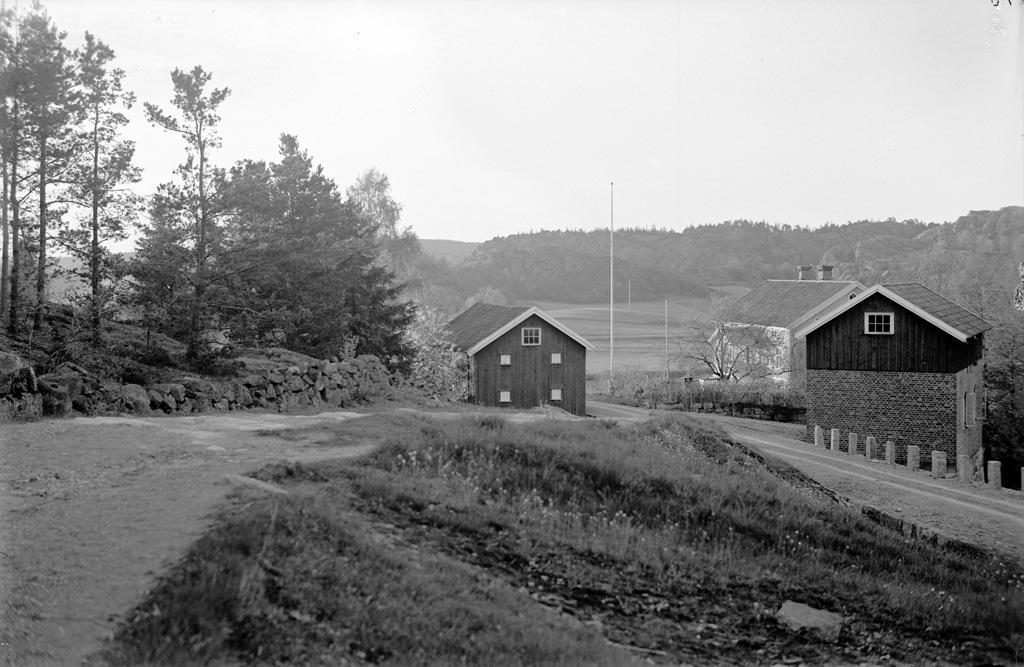 """Text till bilden: """"Landskapsbild vid nya landsvägen Uddebvalla. Rosseröd. Taget d, 25/5 1922 kl. 7.50""""."""