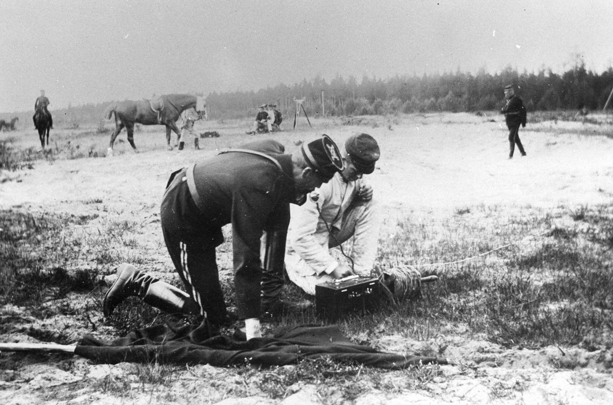 Två kavallerister försöker få kontakt via fälttelefon.