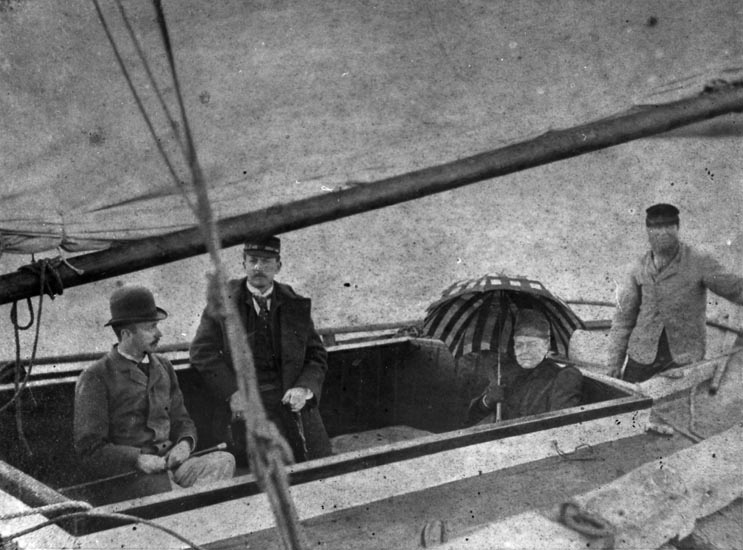 """Bildtext till kopian i fotoalbumet:  """"Badgästsegling år 1900. Båt: Anni. Skeppare: Henrik Berntsson, Kartegärd  f. 1828. Badgästerna hette Palmstjerna """"."""
