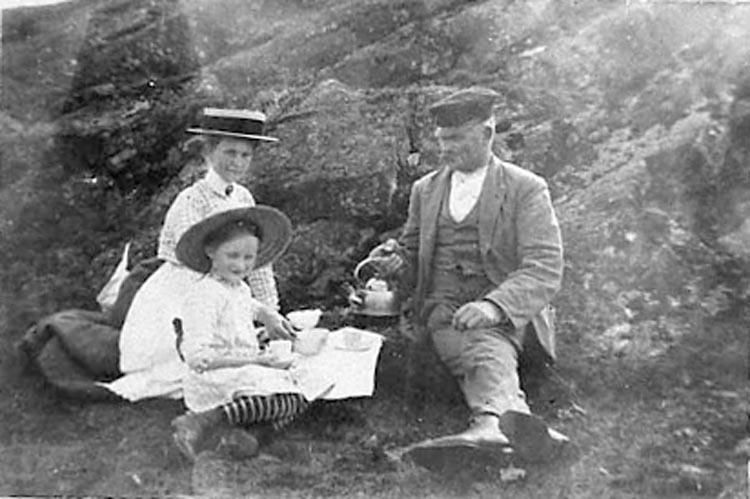 """Noteringar gjorda på negativets pappersficka: """"Moster Sigrid And. Larsson & Aina""""."""