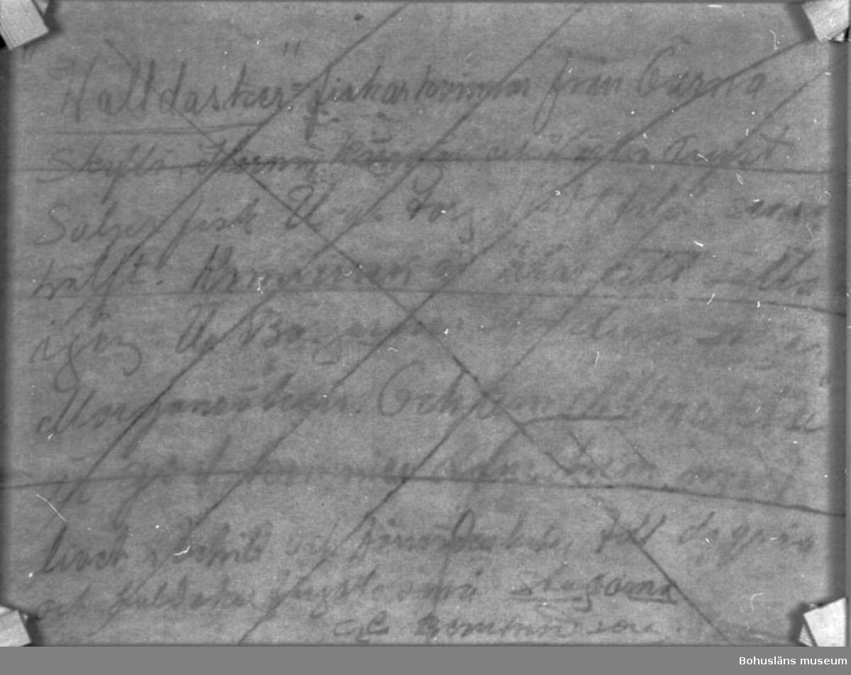 """Montering/ram: MONTERAD, * forts.: Förv. från: för etnologi och folklore.  394 Landskap Bohuslän 594 Landskap Bohuslän  Baksidestext saknas. Det finns en överstruken, svårläslig text angående annan målning  Ordförklaring: Fäschel = dial. för något skrämmande, svårigheter, vämjeligt, kusligt.  Litt.: Bernhardson, C.G.: Bohuslänsk sed och folktro, Uddevalla, 1982, s. 37.  Titel i boken: """"Fäschel. I alla väder fick man ut; i storm, kobbel och lugga, när det bidades om sjukdom, barnafödsel och dyl. Tidsbild 1910-talet. Kobbel = Småsjö, Lugga =  Dösjö""""  Ordförklaring: Dösjö = kvardröjande vågor, dyning i lugnt väder efter storm.  Övrig historik; se CGB001."""