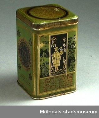 """Två teburkar med fastsittande lock. Fyrkantiga, gröna med dekor i guld och svart. Text i guld, svart och rött. Text bl a: """"Lundgrens äkta special Kina thé"""". Kinesiska bildmotiv."""