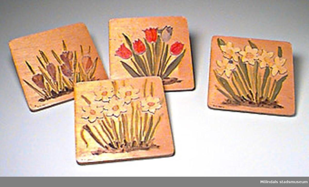 Pusslen består av fyrkantiga plattor med påmålade blommor. Blomhuvudena är pusselbitar och skall läggas på plats.Tillverkat av Ingegerd Kvarnström eller Ingrid Hasselström.MM01084:1 pingstliljor:2 påskliljor:3 tulpaner:4  krokusEn bit i tulpanpusslet saknas.