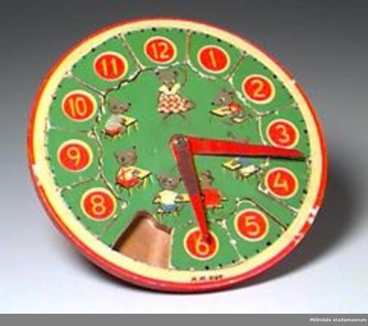 Pusslet är tillverkat i form av en klocka med rörliga visare. Siffrorna 1-12 bildar pusselbitar, som skall läggas på plats. Biten med klockslaget sju fattas. Märkt: IN HOLLAND.