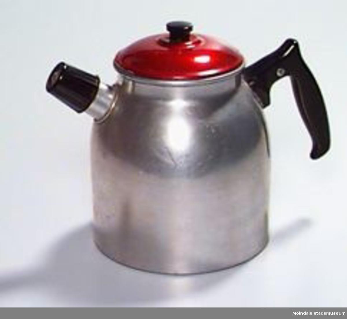 """Svart pipa och handtag, rött lock. Instansat: """"2"""" vid sidan av handtaget.Funktion: Kaffet kokades förr i en kaffepanna, ett kärl som ställdes på spisen och värmdes så att de malda kaffebönorna började koka."""