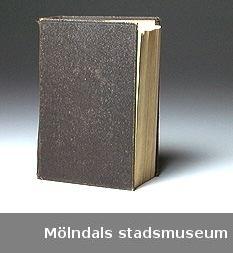 """Ordinär bibel med svarta pärmar. På försättsbladet står:""""Astrid Karlsson, minne från söndagsskolan 1914 (Es. 53,5, Joh. 1. 29)"""" samt en släktuppräkning: """"Johan Vidal (?) Nikolaus Karlsson, född 16 maj 1901Hustrun Astrid Florentia K-son, född 17 aug 1900Sonen Kurt Ossian Karlsson, född 2 dec 1927"""".Givaren flyttade till Lackarebäckshemmet.Gåvan förmedlad genom personal vid Lackarebäckshemmet."""