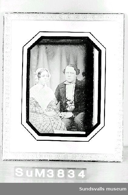 Daguerreotypi med passepartout inom glas och ram. Den mot framsidan synliga ramen består av en mönsterpressad, förgylld papperslist. Litt.: Maria Rieck-Müllers arkiv, Sundsvalls kommunarkivs, Medelpadsarkiv.