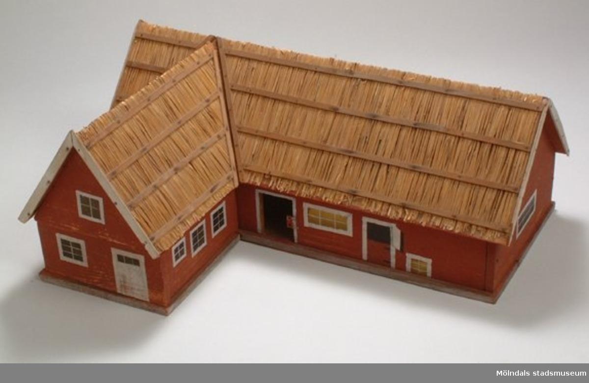 """Från utställningen """"Är du inte riktigt klok"""".Ett ladugårdsbyggnad i modellformat."""