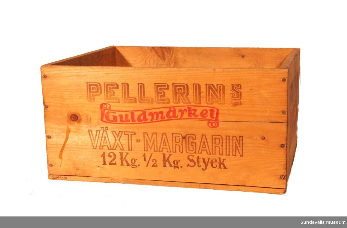 Margarinlåda i trä utan lock. Spikad. Tryckt text i brunt och rött på sidorna och i botten. På långsidorna lyder texten 'PELLERINS VÄXT-MARGARIN Guldmärket 12 kg. ½ Kg Styck'. På kortsidorna lyder den tryckta texten 'PELLERIN MARGARIN Guldmärket'.