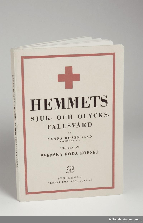 Hemmets sjuk - och olycksfallsvård av Nanna Rosenblad, utgiven av Svenska Röda Korset.Tryckt: Albert Bonniers Boktryckeri Stockholm 1940.