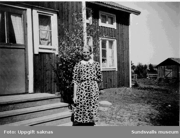 Hulda framför sin bostad i Årskogen