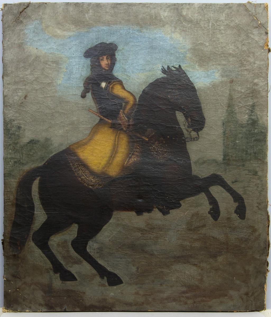 Porträtt av Karl XI till häst med armen i sidan, iklädd lång gul rock. Kyrka eller slottsbyggnad i bakgrunden.