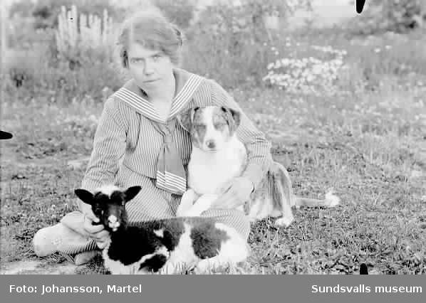 Troligen Hanna Persson i gräset med husdjur.