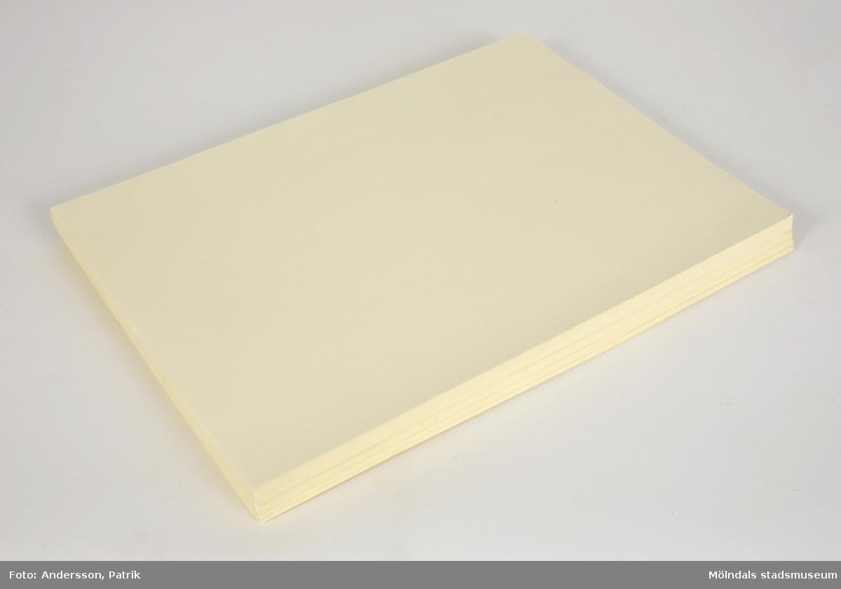 116 ark linnepressat papper, A4-storlek, i bunt. Naturvita. Tillverkade på Papyrus. Hör ihop med Mölndals museums föremålsnummer 04723.