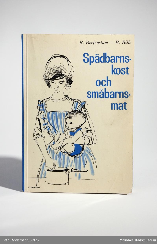 """Handbok - """"spädbarnskost och småbarnsmat"""" (skrift nr 39), 2:a upplagan, utgiven 1965 av Socialmedicinska barnavårdsdelegationen. Författare: Ragnar Berfenstam och Bo Bille i samarbete med Ingrid Frelin, Siri Kivilinna och Birgitta Melin. Tryckeri: Almqvist & Wiksells Boktryckeri AB, Uppsala 1965.Boken har mjuka pärmar. Framsidan är vit bakgrund med en tecknad bild på en mamma vid spisen och ett barn på armen. Bilden går i färgerna blå, vit och svart. Bredvid bilden står bokens namn tryckt med blå text.Bokens baksida är blå. Där står bokens pris: """"Pris kr. 5:50"""", tryckt med vit text.Boken är en handledning med råd och recept på barnmat.Omslag och teckningar: Kerstin ThorvallFotografier: Erland SköllegårdVinjetter: Dick Hallström MåttLängd: 210 mm, Bredd: 147 mm, Höjd: 7 mm"""