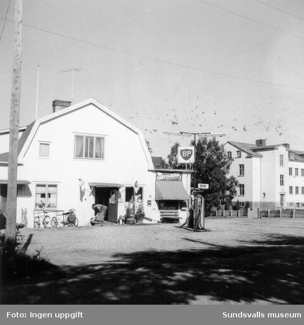 BP:s bensinstation i korsningen Raholmsvägen (f.d. Brovägen)/Färjevägen, Vi  Alnö. Föreståndare var Axel Nyvik (legendarisk revymakare).