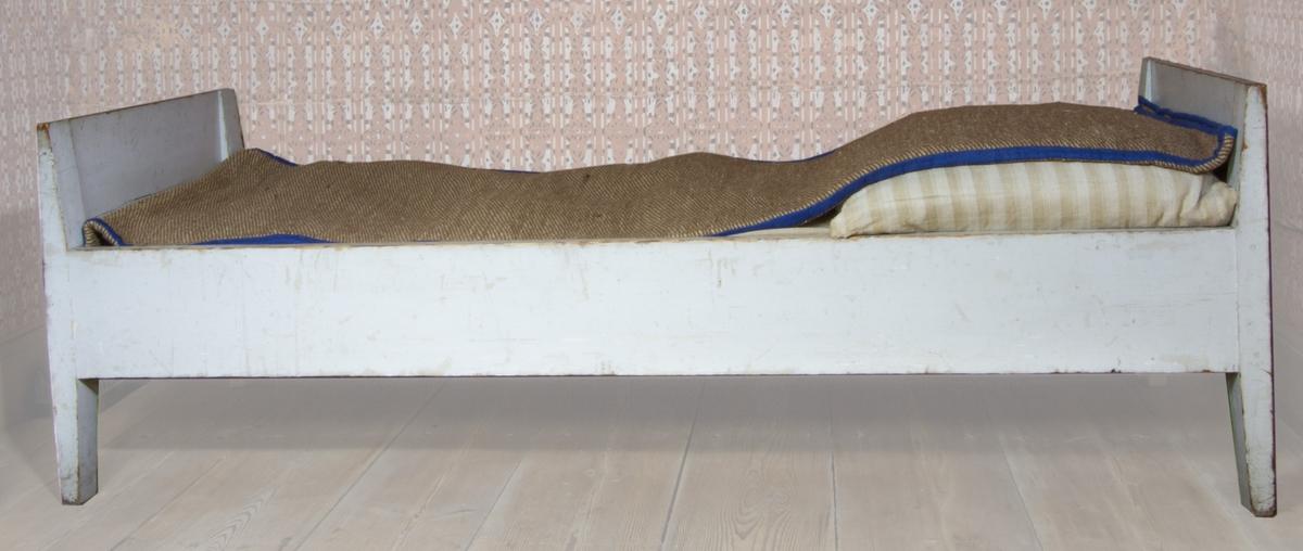 Säng i gråmålad furu. Huvud- och fotgavlar.