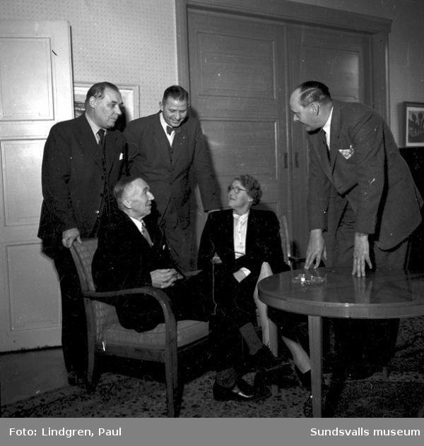 Kvinna och män samlad till möte.