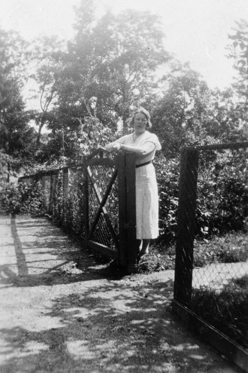 Fröken Karin Jonsson, husmor på Kärra Hökegård, försörjningsinrättning.Kärra Hökegård var ett försörjningshem för såväl senildementa som psykiskt sjuka, utvecklingsstörda och ensamstående mödrar. Verksamheten försvann i och med att Lackarebäckshemmet stod klart 1951.