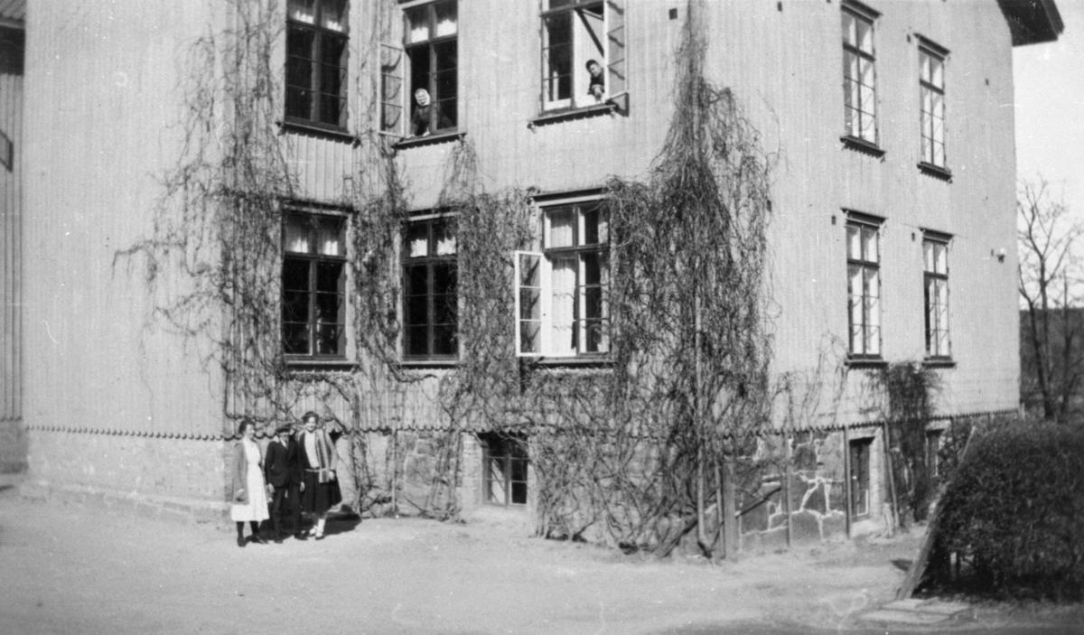 Försörjningsinrättningen i Kärra Hökegård.Kärra Hökegård var ett försörjningshem för såväl senildementa som psykiskt sjuka, utvecklingsstörda och ensamstående mödrar. Verksamheten försvann i och med att Lackarebäckshemmet stod klart 1951.