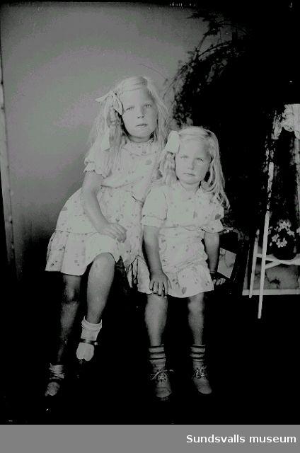 Porträtt, två flickor i rumsmiljö.