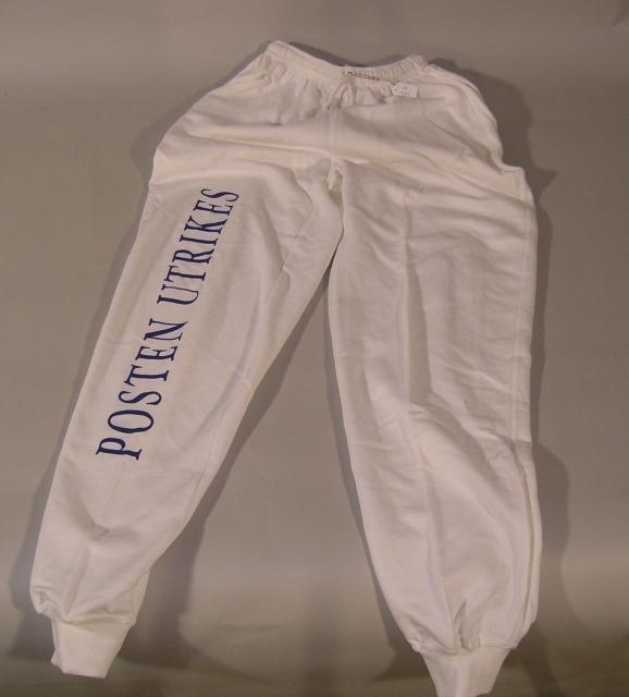 """""""Byxor, vita,  i bomull med snöre och resår i midjan. Byxorna hör till college-tröjan PM I:5. Text på höger ben, i versaler: POSTEN UTRIKES."""