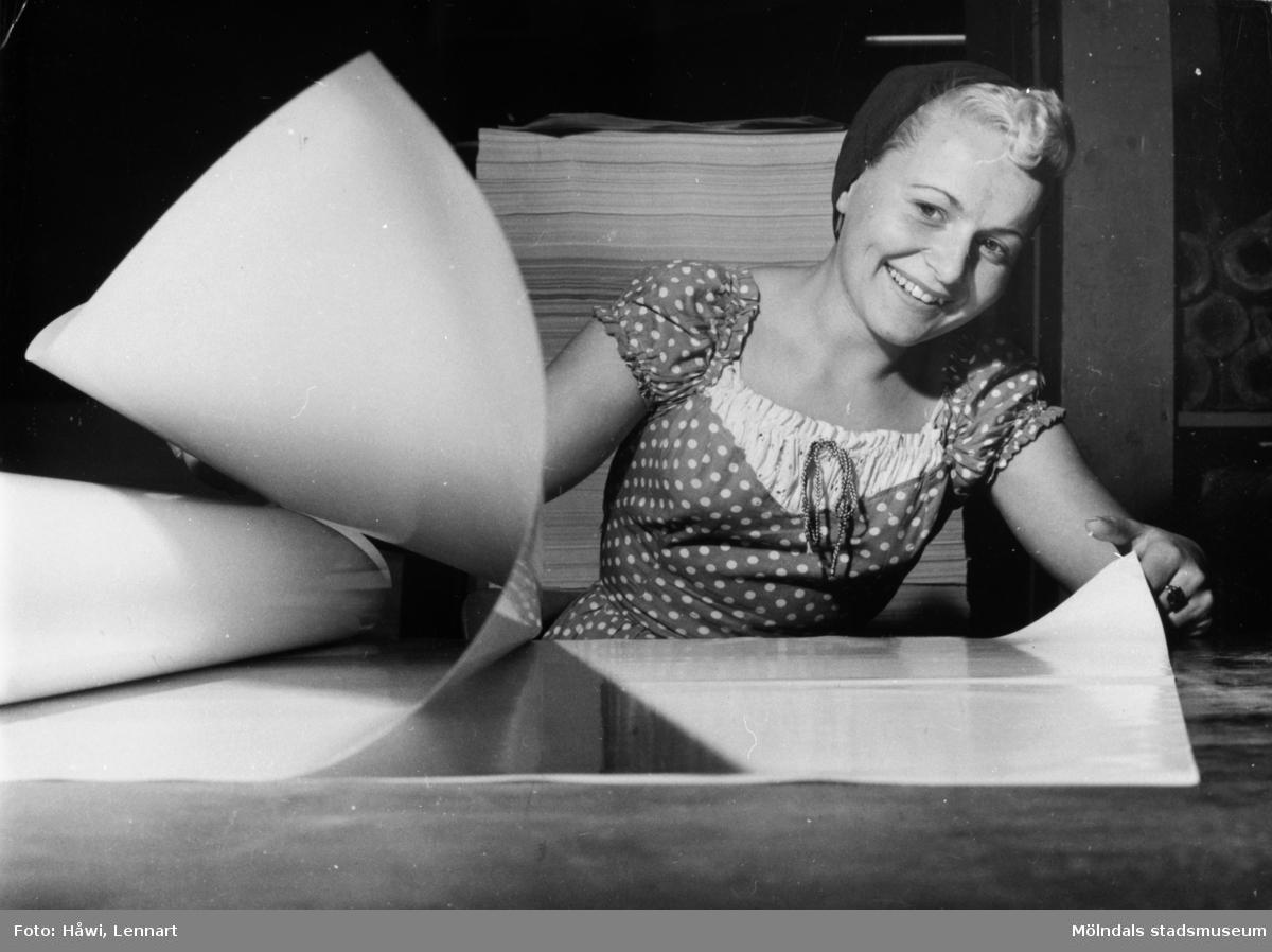 Porträtt av en kvinna som sorterar papper på Papyrus i Mölndal på 1950-talet.