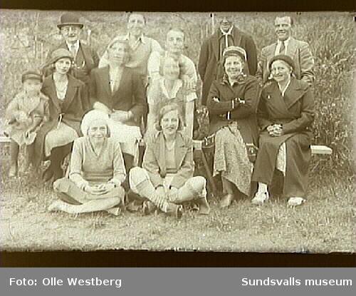 T.v. sitter Linnea Westberg med sonen Sven i knäet. T.h. står Olle Westberg.