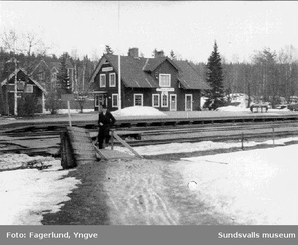 Lycko Berglund vid Johannisbergs station, Torps sn, med stationshus och järnvägsspår.