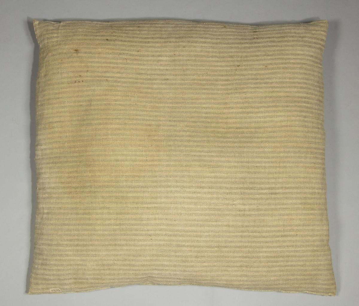 Kudde av handvävt grovt linnetyg, vävt i kypert på tre skaft. Varpen randig i grått och oblekt, enfärgat inslag.