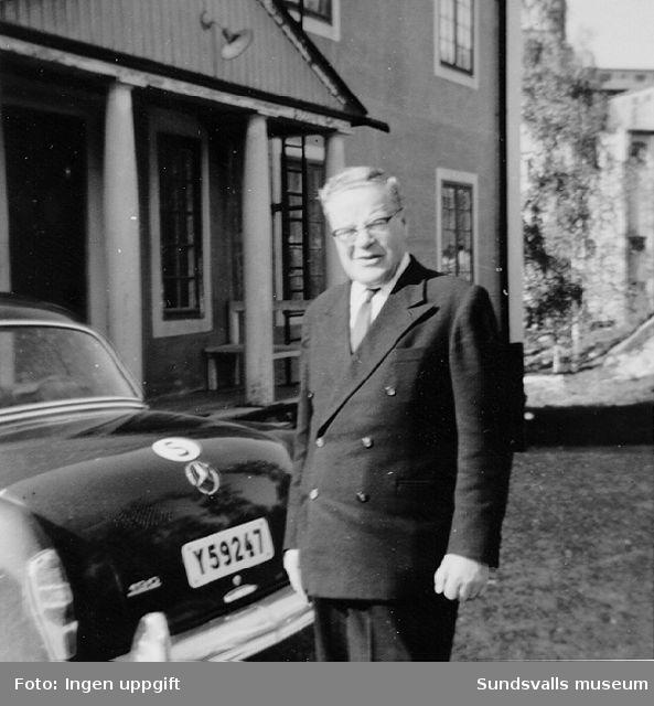 Överingenjör Fritz Bolin framför kontores huvudentré, Nensjö cellulosafabrik, Gudmundrå sn i Ångermanland, med sin tjänstebil en Mercedes 190b, 1960 års modell.