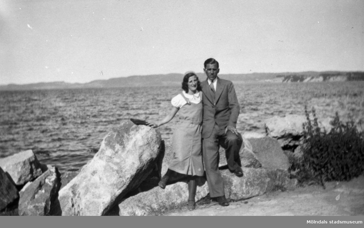 Inga och Nisse stående vid några klippor vid havet.