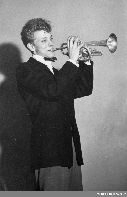 Porträtt av Enar Jonsson, spelandes trumpet 1955.