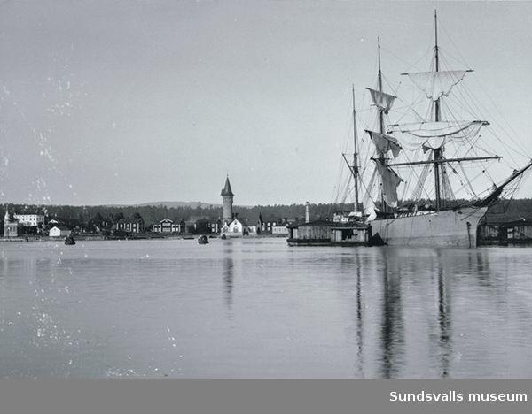 Vivstavarv, segelfartyg och spruthuset i förgrunden.