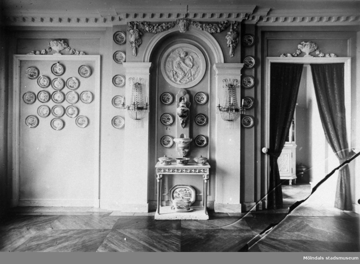 Gunnebo slott cirka 1910. Fast utsmyckning av väggar, dörrar, tak och golv.