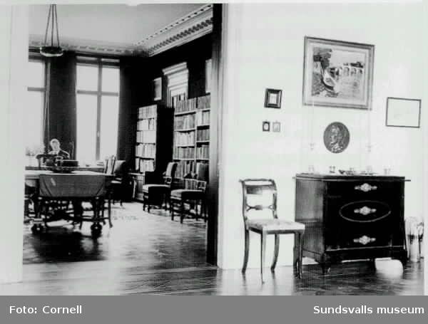 Henrik Cornell i biblioteket på Artillerigatan 20 i Stockholm.