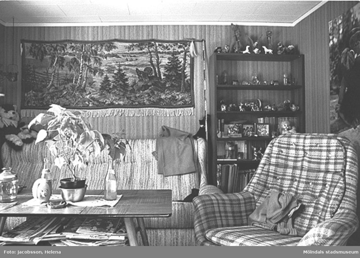 Möblerad interiörbild i bostadshus på Roten M 28 i Mölndals Kvarnby, 1972.