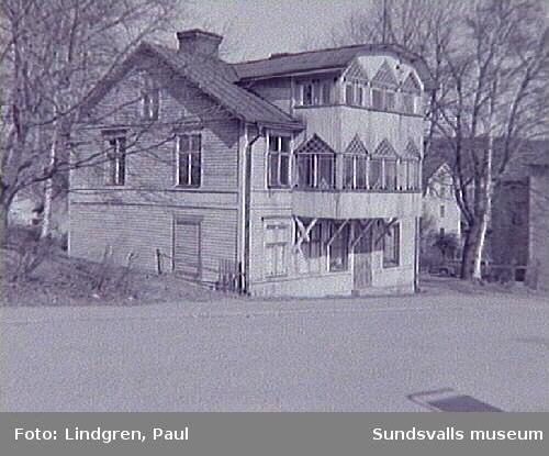 Fredsgatan 16. Byggnaden har ursprungligen stått som provisoriskt trähus vid Vängåvan efter stadsbranden 1888 men revs och flyttades till denna tomt. Numera riven. Byggherre var glashandlare Anders Liljeqvist som hade sin affär i Hirschska huset.
