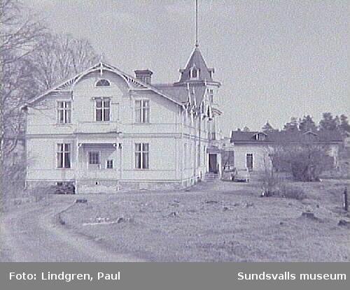 Villa Fredriksro. Södra Allén 19. Uppförd 1888 av bokbindaren och bankdirektören Fredrik Oskar Tengström och riven omkring 1965. Från 1923 användes fastigheten som privat sjuk- och konvalescenthem.