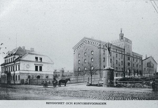 """Nordstjernans bryggeri. Bildtext till vykortet """"BRYGGERIET OCH KONTORSBYGGNAD"""". I förgrunden Storgatan och till höger Västra Allèn."""