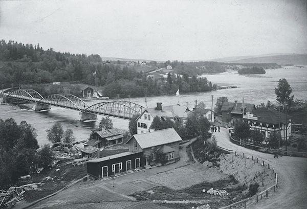 Bergeforsens landsvägsbro samt bebyggelse. Taget från södra sidan. Vykort.