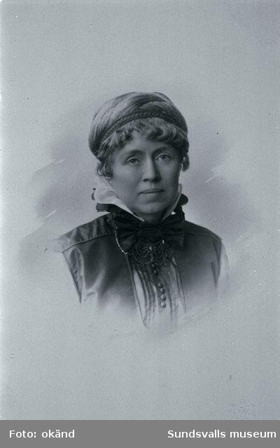 """Helga Frideborg (Frida) Maria Stéenhoff  f. Wadström författarina och kvinnosakskämpe (1865-1945) gift 1887 med provinsialläkaren Gotthilf Stèenhoff. Hon skrev även under pseudonym """"Harald Gote""""."""